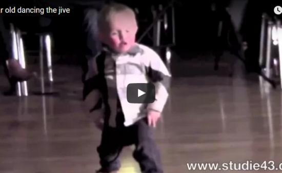 【ダンス】!3100万回再生!2歳の男の子が踊る監獄ロックに観客ノリノリに沸かす♪